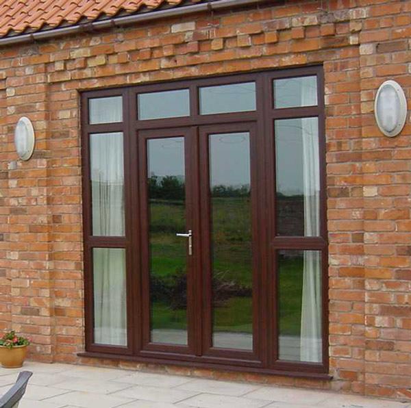 широкие входные двери со стеклами по бокам